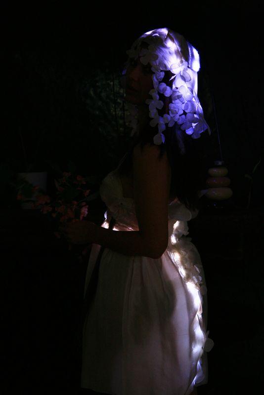 VPACHE-robe-cascade-de-fleurs-eclairees