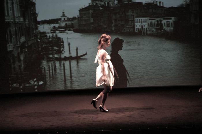 """Justine future maman porte la robe \""""Cascade de Fleurs\"""" en soie naturelle et parapente recyclé"""