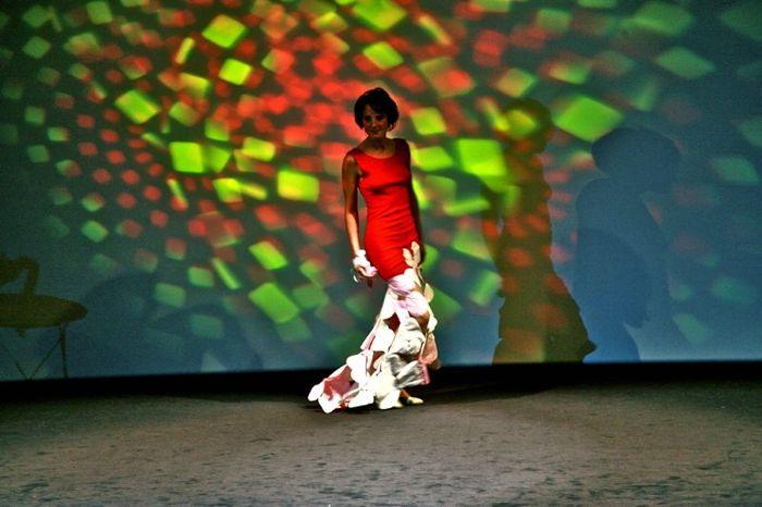 Julie porte la robe Flamenco rouge en matière vintage et parapente recyclé