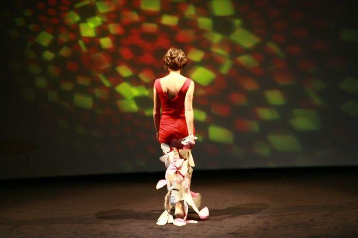 Julie porte porte la robe Flamenco rouge en matière vintage et parapente recyclé
