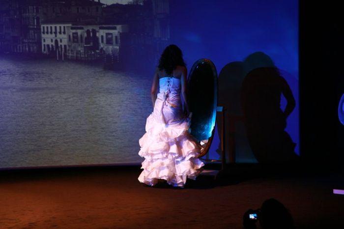 """Amélia porte la robe \""""Pivoine\"""" en parapente recyclé"""