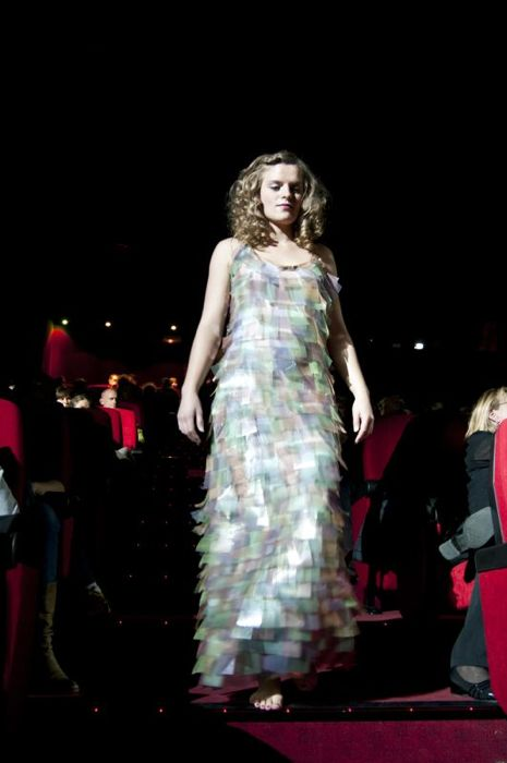 """Lucie porte le robe \""""arc en ciel\"""" en vintage et plastique recyclé"""