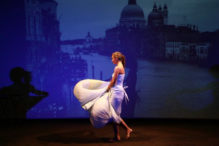 """Françoise porte la robe \""""Ondine\"""" en matière vintage"""